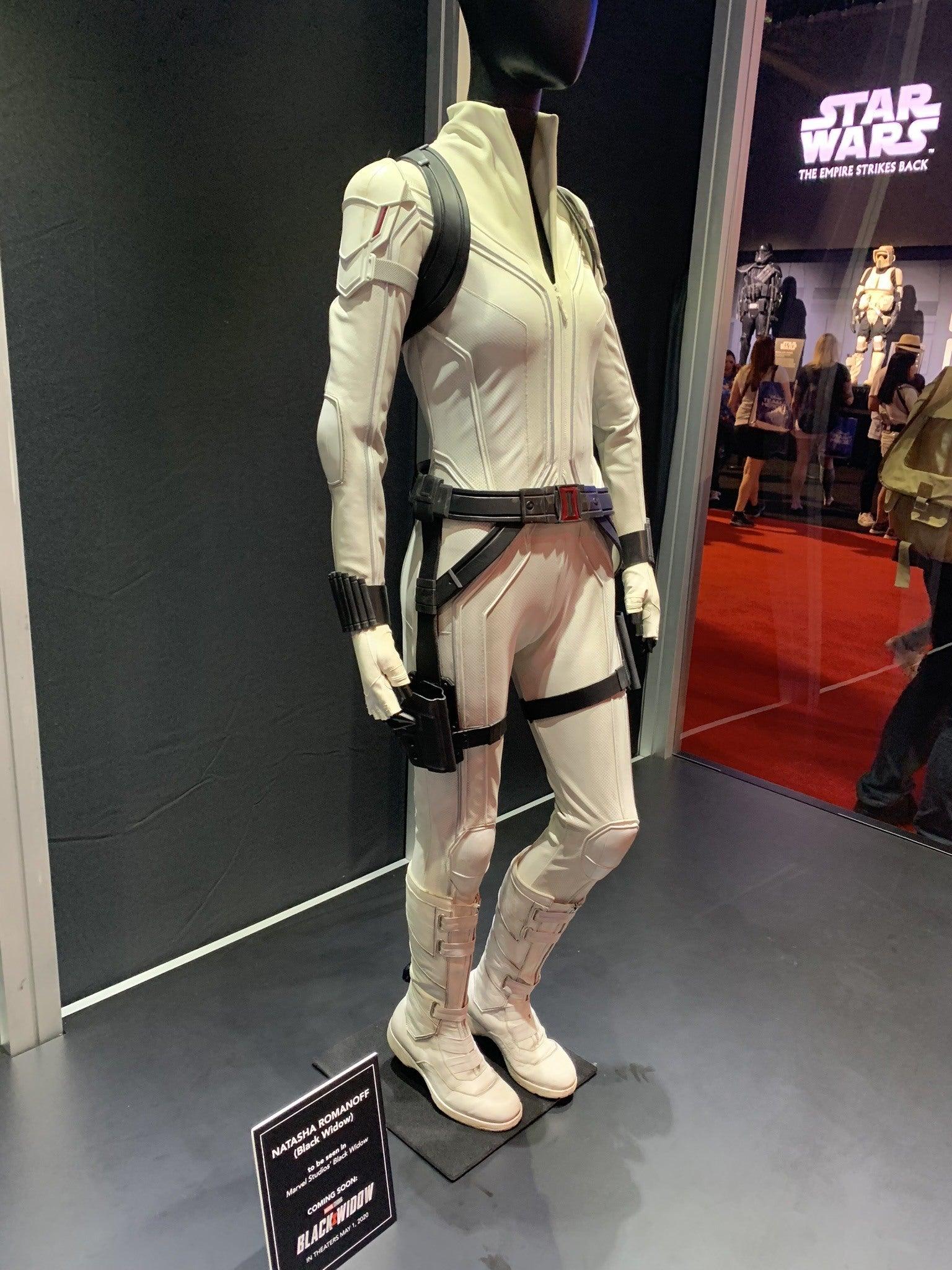 Costume Blanc Devoile Au D23 Expo 2019 Black Widow 2020