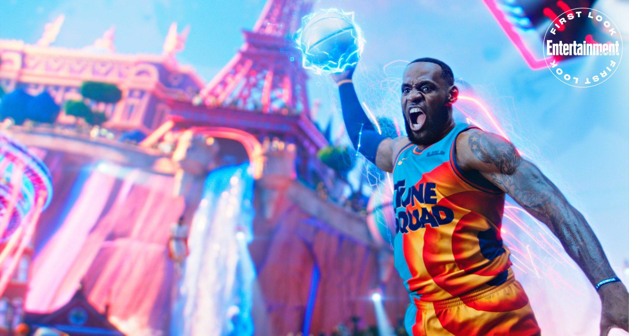 LeBron James en plein dunk surchargé - Space Jam - Nouvelle Ère (2021) -  Images du film